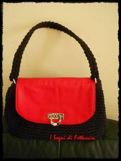 borsa in fettuccia di cotone color melanzana, con patella e base rosse, fodera e taschine interne. mis 35x17x21, manico a spalla, cm 56