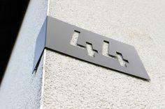 Edelstahl+Hausnummer+zur+Eckmontage+(S)+von+Thorwa-Design+auf+DaWanda.com