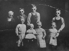 extraños niños con gafas de sol