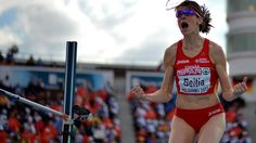 Ruth Beitia.En 1998 batió su primer récord de España, saltando 1,89 m. En los años siguientes ha mejorado varias veces esta marca hasta conseguir superar los 2,02 m, que es el actual récord de España, conseguido en San Sebastián el 4 de agosto de 2007. Es la primera y hasta ahora única mujer española que ha superado la barrera de los dos metros, y fue la novena mejor marca mundial de 2003.