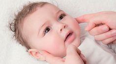 Vous saurez repérer rapidement une poussée dentaire car le bébé bave généralement beaucoup lorsque ses dents sortent.