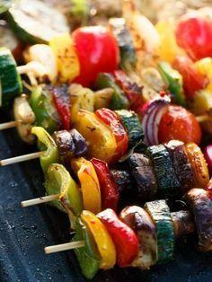 Brochettes de légumes, une bonne idée pour manger les légumes autrement ! A faire cuire au four si le soleil n'est pas au rendez-vous et déclinable avec les légumes de saison ! #marmiton #recette #cuisine #brochette #legumes #legume #barbecue #accompagnement