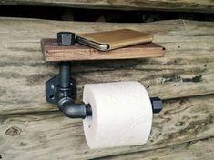 Complétez votre salle de bains design rustique avec ce porte-papier toilette personnalisée industrielle avec étagère fabriqués à partir de raccords et de bois de tuyaux de fer inachevés. En raison du processus de fabrication, il peut y avoir des variations dans la conduite et la texture du bois et la coloration. Taille 25 cm (10 ) x12cm. (5 ) x16cm. (6,2 ) Convient standards 10cm. (4 ) des rouleaux de papier de toilette longue. Peut être monté directement sur le mur à laide de vis ou de…