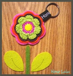 Schlüsselanhänger von Hono Lulu (dawanda) bzw. fummelhummel Taschenbaumler Button Applikation Nähen Blume Prilblume Häkelblume Filz Cam Snaps bunt retro lila pink rot orange grün rosa gelb braun