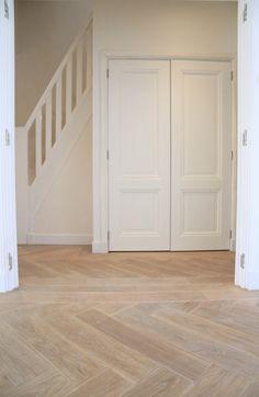 Gerookte eikenhouten walvisgraat vloer, wit afgewerkt. De basis van dit interieur! Deze vloer kan tevens verouderd worden en in verschillende kleuren afgewerkt worden. Deze multiplank kan direct verwerkt worden op een egale ondervloer met eventueel vloerverwarming.