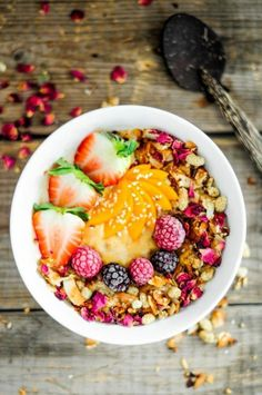 un délicieux bol de smoothie aux fruits pour un petit déjeuner complet et léger