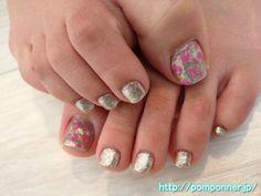 細かな粒のグリッターカラーのフットネイル -- Foot nail glitter color of fine grain