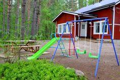 Koko perhe viihtyy Tähtitalvikin pihassa. Pikkulapsille keinut ja liukumäki.