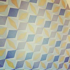 Un Tour Chez Nous - Le magazine #design #décoration #papier #peint #mur #gris #bleu #jaune #leroymerlin #chambre #parent #graphique