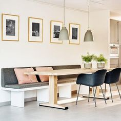 A Dreamy Australian Home with Iconic Dining Room Chandeliers Kitchen Seating, Kitchen Benches, Kitchen Dining, Dining Nook, Dining Room Design, Dining Table, Home And Living, Living Room, Built In Seating