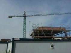 Construcción de la Escuela Infantil J. Carranza, en La Algaba, Sevilla. Grúa y parte superior de la construcción.