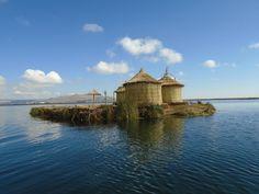 Linda foto do Lago Titicaca no Peru. . A América do Sul é belíssima e os brasileiros deveriam visitar mais. Se você conhece lugares e cidades sulamericanos conte nos comentários como foi a sua experiência de viagem. Deixe dicas para a gente! : @rodrigomantovanip