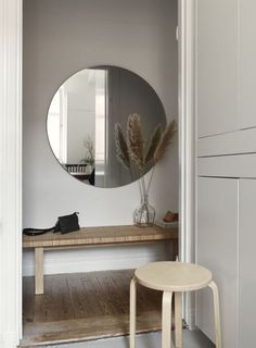 The designer of this small apartment in Stockholm decided to transform a monochromatic white space with color accents and light wood elements. This ✌Pufikhomes - source of home inspiration Home Design, Home Interior Design, Decor Scandinavian, Simple Furniture, Farrow Ball, Hallway Decorating, Small Space Living, Apartment Interior, Apartment Design