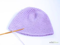 How to Crochet a Baby Hat. Baby hats can be a moderately challenging project for beginning crocheters, but with a little practice, you can craft a variety of designs using only a few basic stitches. Tie the yarn onto the crochet hook. Crochet Baby Hats, Crochet Beanie, Crochet Hooks, Knitted Hats, Crochet Round, Half Double Crochet, Single Crochet, Baby Knitting Patterns, Crochet Patterns
