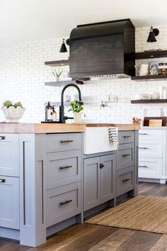 Cucina con piano di lavoro colore bianco, pareti bianche, color ...