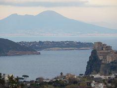 In un colpo solo, #Ischia e l'immancabile #CastelloAragonese, l'isolotto di #Vivara, #Procida, #Napoli e l'inconfondibile sagoma del #Vesuvio...