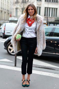 Street style look camisa branca, maxi colar vermelho, calça alfaiataria, sapato verde e casaco fluffy.