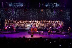"""Enrico Macias Bilfen Okulları Korosu ile """"Hoşgörsen"""" ve """"Enfants de Tous Pays"""" Şarkılarını Seslendirdi!"""