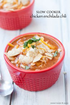 It may not quite be soup weather here in California, but I can't help but get out the slow cooker and make an easy, hearty chili when September rolls around. This Chicken Enchilada Chili is t. Slow Cooker Huhn, Crock Pot Slow Cooker, Slow Cooker Chicken, Slow Cooker Recipes, Cooking Recipes, Healthy Recipes, Yummy Recipes, Healthy Food, Chicken Enchilada Chili Recipe