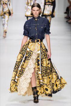 515d793301e69 Guarda la sfilata di moda Versace a Milano e scopri la collezione di abiti  e accessori