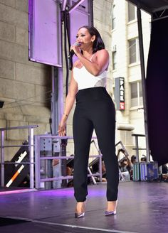 Melanie Brown Photos Photos - Singer Mel B appears onstage during the 2015 Essence Street Style Block Party on September 2015 in New York City. - 2015 Essence Street Style Block Party - Show Mel Brown, Essence Magazine, Nyfw Street, Block Party, Spice Girls, Female Singers, Star Fashion, Autumn Fashion, Street Style