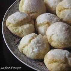 La recette des ghriyba au noix de coco et semoule Ingrédients : 500 g de noix de coco râpée 350 g de sucre glace Zeste d'un citron 5 oeufs 200 g semoule fine 1/2 verre d'huile 1/2 verre de beurre fondu 1 sachet de levure chimique Ça m'a l'air vraiment pas mal ... Cookie Recipes, Dessert Recipes, Dinner Recipes, Morrocan Food, Arabian Food, Muffin, Exotic Food, Biscuit Cookies, Eat Dessert First