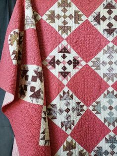 Look at this intersting photo - what a clever design Pink Quilts, Old Quilts, Antique Quilts, Scrappy Quilts, Vintage Quilts, Quilting Projects, Quilting Designs, Quilt Display, Civil War Quilts