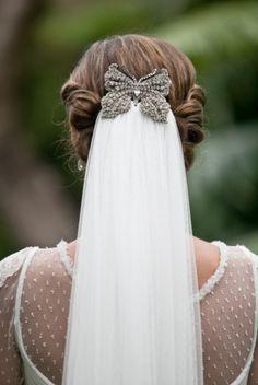 Velo con accesorio mariposa, monísimo! #novias / Veil attached with a sparkly butterfly clip #brides