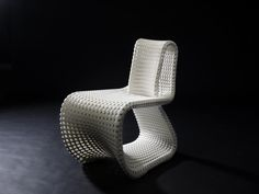Cellular Loop (2013), a chair that has been 3D printed (selective laser sintering) and with a structure based on biomimetics. Design and production: Anke Bernotat, Folkwang University of the Arts