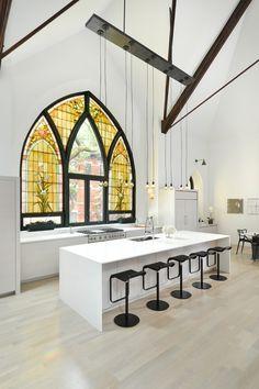 Antiga igreja foi convertida numa casa moderna para ser o lar de uma família stylo urbano-5