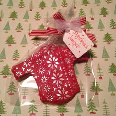 Why not individually wrap gingerbread cookies in cellophane bags to give as gifts at Christmas? We have decorated the bag with a matching tag and bow and used our Scandi Snowflakes cake stencil to decorate the jumper.