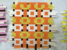 Le designer tessili Helle Gråbæk e Maria Kirk Mikkelsen hanno tenuto un seminario . - Le designer tessili Helle Gråbæk e Maria Kirk Mikkelsen hanno fatto un seminario salutando lo sch - Paper Weaving, Weaving Textiles, Weaving Art, Loom Weaving, Fabric Weaving, Weaving Designs, Weaving Projects, Weaving Patterns, Textile Design