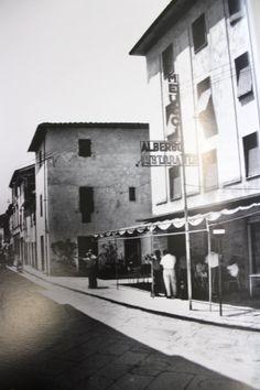 Via Matteotti con il selciato antico in pietra. In primo piano l'albergo Meucci - 1975.