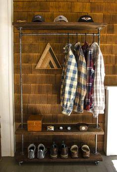 Perchero de estilo industrial, construido a mano a base de madera y hierro negro. Medidas base: 100x30cm, altura 170cm