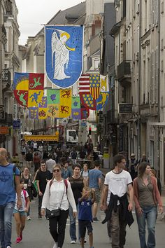 Rue Beaurepaire, des blasons réalisés avec les Angevins à partir de matériaux de récupération. (Photo: Thierry Bonnet/Ville d'Angers)