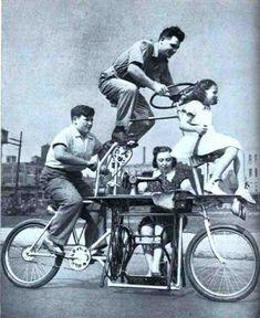 coklu-bisiklet21. 1939 yılından dört kişilik aile bisikleti, dikiş makinesi başında anne de dahil