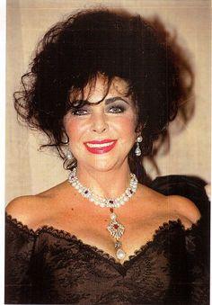 Dieses Schmuckstück - La Peregrina pearl - wurde nach ihrem Tod für über 11 Millionen Dollar versteigert.