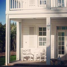 Pohjanmaalla ollut sateinen päivä, mutta pian istuskellaan terassilla nauttimassa auringon lämmöstä. Valkoisen Long Island -talon terassin kalusteetkin ovat valkoiset. #kannustalo #longisland #vihervaara #kannustalovihervaara #kannustalolongisland #koti #home #finnishhome #newengland #maalaisromanttinen
