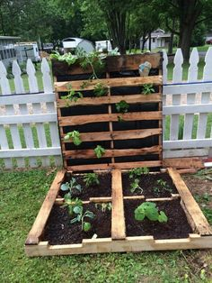 Would you like to have a nice touch in your small garden? Think about a pallet garden ideas. Would you like to have a nice touch in your small garden? Think about a pallet garden ideas. Vertical Pallet Garden, Herb Garden Pallet, Pallet Fence, Pallet Planters, Outdoor Pallet, Planter Ideas, Outdoor Planters, Diy Gardening, Container Gardening