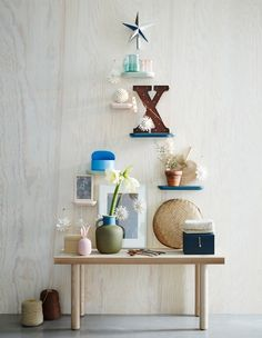 Guirlande lumineuse dans un vase en verre  c´té d une plante et d