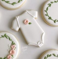 ideas for baby shower cookies for girl royal icing – How to Choose a Gift? For many of us, choosing gifts can become a very troublesome busine… ideas for baby shower cookies f… Gateau Baby Shower, Deco Baby Shower, Baby Shower Food For Girl, Baby Shower Treats, Baby Shower Brunch, Baby Shower Cookies, Baby Shower Biscuits, Cakes For Baby Showers, Simple Baby Shower