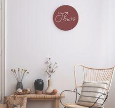 """Maak van je huis een """"thuis"""" met deze muurcirkel, kies zelf de kleur en het formaat die het beste bij jouw interieur past. Je kan hem neerzetten of """"zwevend"""" opgehangen door middel van het mee te bestellen rvs beugeltje."""