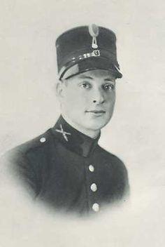 deze man heet Jean Mesritz, een vriend van Erik Hazelhoff. hij heeft een Joodse afkomst