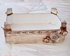 El Palacio de Martín: La cosa va de cajas.                                                                                                                                                                                 Más Wooden Crates, Sewing Box, Altered Boxes, Diy Craft Projects, Painting On Wood, Wood Crafts, Diy Crafts, Fruit Box, Decoupage Box