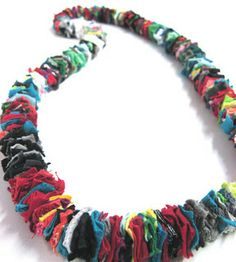 Jewelry Crafts, Jewelry Art, Jewelry Design, Jewellery, Jewelry Ideas, Fabric Necklace, Diy Necklace, T Shirt Necklace, Textile Jewelry