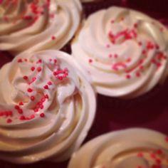 Classic red velvet cupcakes #food #foodporn #handmade #dessert #delicious #yum #cupcakes #redvelvet #creamcheese #frosting #sprinkles
