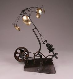 Gathering / Benjamin Cowden. Mechanical sculpture inspired by the motion of a jellyfish.