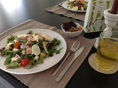Stevige Lunch : Rucola melange, gestoomde sperziebonen mengen met rode ui, witte kaas, olijfolie, rode wijnazijn, zout/peper, cherry tomaatjes, forel-filet en een gekookt eitje....gemengde, ongebrande noten en 78% pure chocolade en groene thee jasmijn