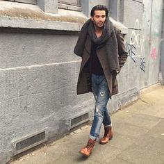 2015-12-13のファッションスナップ。着用アイテム・キーワードは30代, コート, デニム, ピーコート, ブーツ, マフラー・ストール,etc. 理想の着こなし・コーディネートがきっとここに。| No:132427