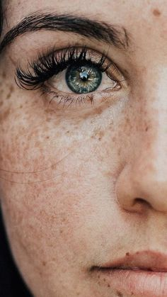 Beautiful Eyes Color, Beautiful Freckles, Pretty Eyes, Stunning Eyes, Photo Oeil, Fotografie Portraits, Close Up Faces, Eye Close Up, Aesthetic Eyes